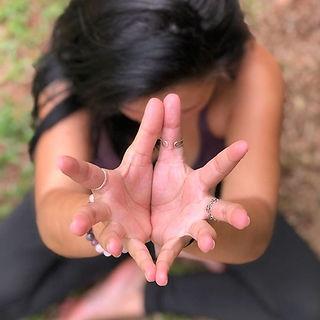 moça praticando yoga