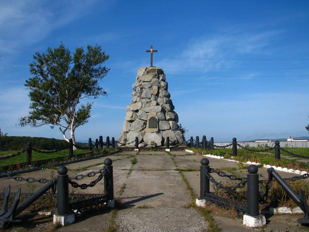 Памятник Первооткрывателям встречает на въезде в порт