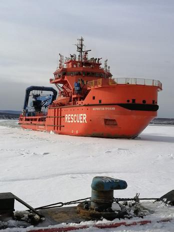 Морской буксир ледового класса, Росморпорта, пробивает канал в Заливе, для прохода судов.