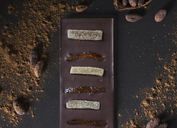Tablette de chocolat noir aux morceaux d'écorce d'orange et de gingembre