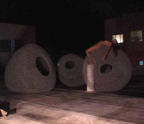 Roni rooftop - Israël 2010 - Vidéo of performance diptych of vidéo in loop DV Vidéo 2:33 - Edition of 5 + 1EA