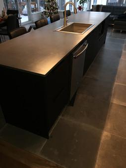 Comptoir de cuisine en béton noir charbon
