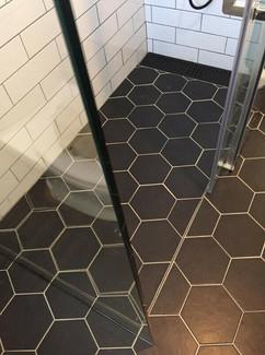 base de douche prête à tuiler avec drain linéaire en inox émaillé noir