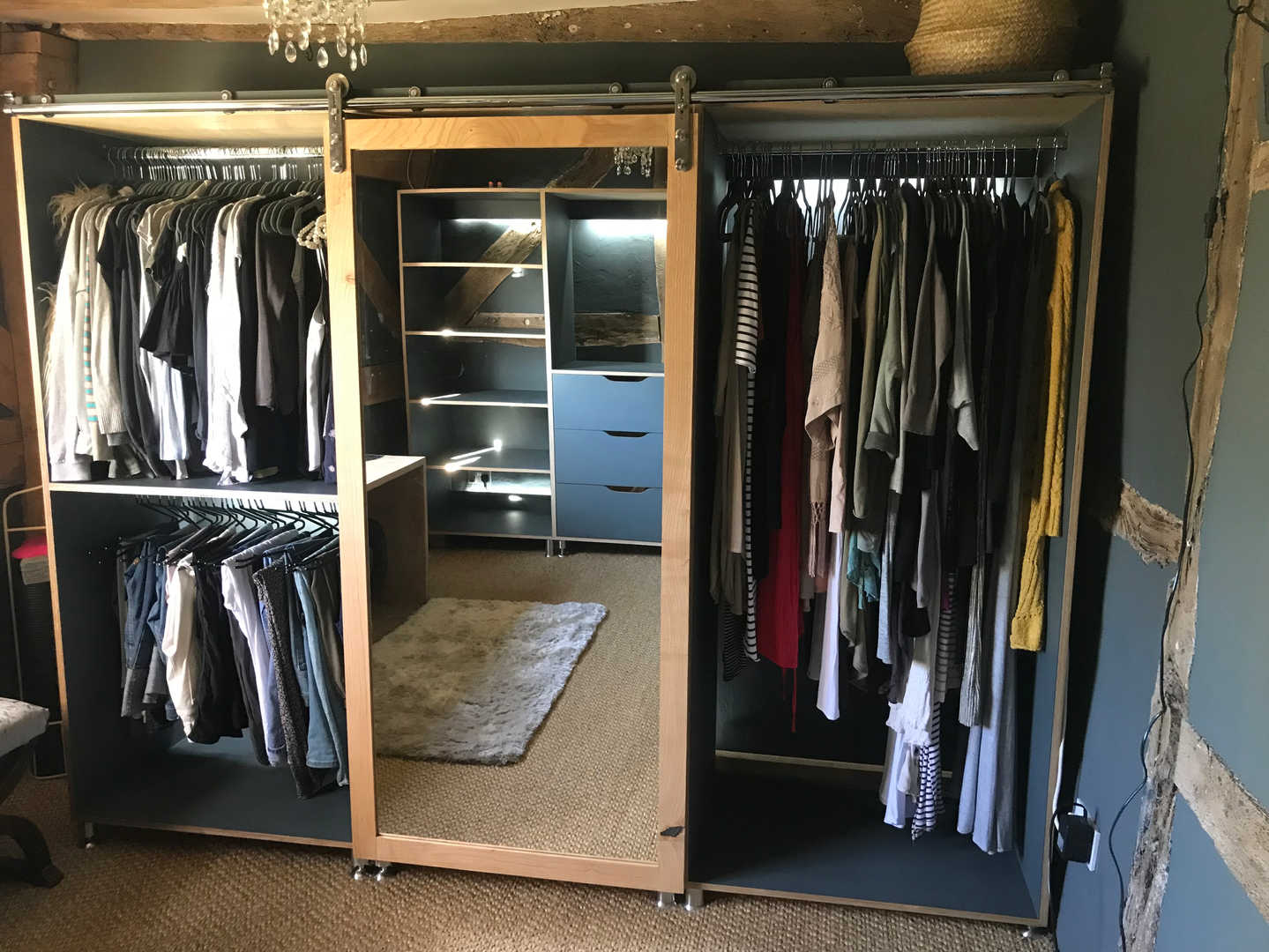 walk in Wardrobe (with clothes) 1 .JPG