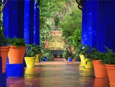 Maroko- moeikoon Yves Saint Laurent, muinasjutuline Jemaa el-Fna väljak ja kreemine avokaado salat