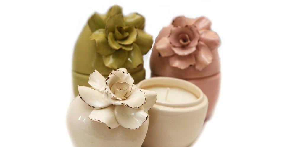 Vela folhas verdes em cerâmica de ovo com flor