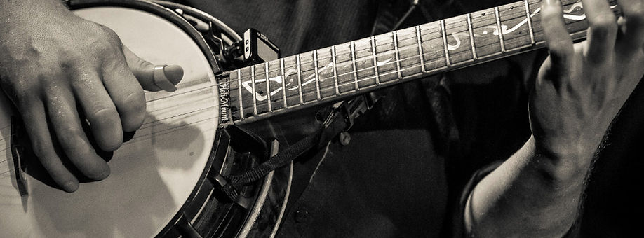 Pete playing his Nechville Nextar Banjo