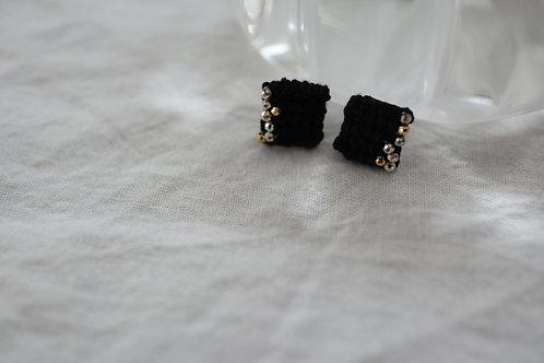 ヘリンボーン編みのイヤアクセ(正方形)・kuro