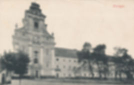 Piaristický kostol Najsvätejšej Trojice v Prievidzi s kláštorom, v ktorom sídlilo v prvých rokoch prievidzské štátne gymnázium.