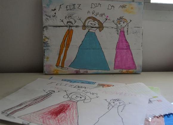 Desenhos das crianças na madeira
