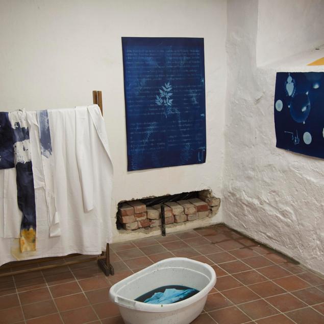 Utstilling med cyanotypi på akvarellark og stoff