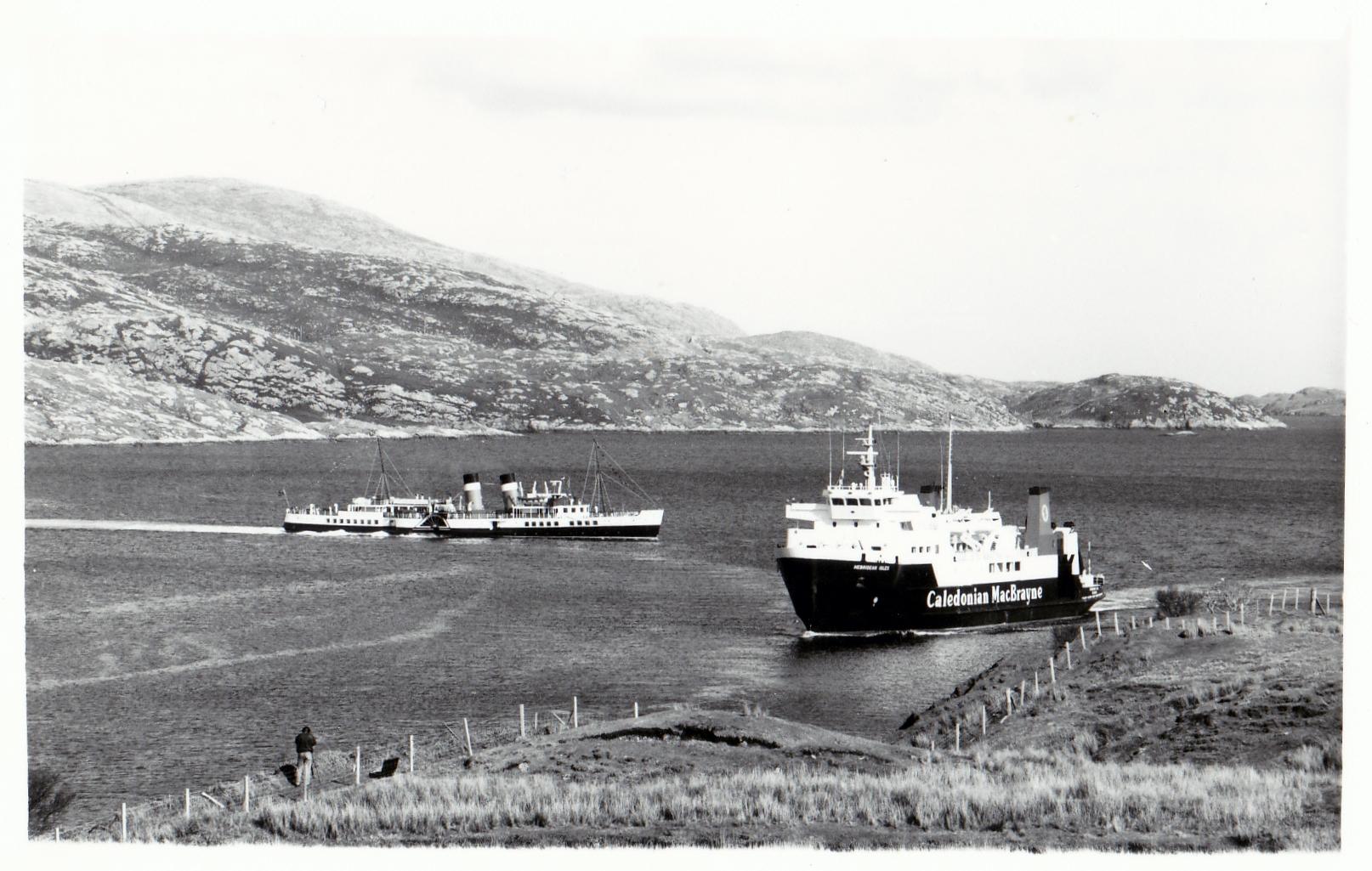 Hebridean Isles passing Waverley off Tarbert in 1989 (Jim Aikman Smith)
