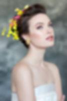 תסרוקת כלה עם פרחים ואיפור עדין עם איילניר