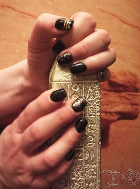 pose-de-gel-noir-stripes-et-decors-dores