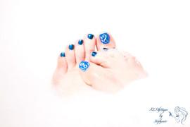vernis-pieds-bleu-et-decor-au-pinceau.jp