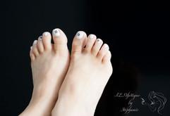 vernis-pieds-blanc-avec-decoration.jpg