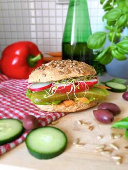 Wegańska kanapka z warzywami
