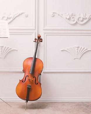 Cello y atril
