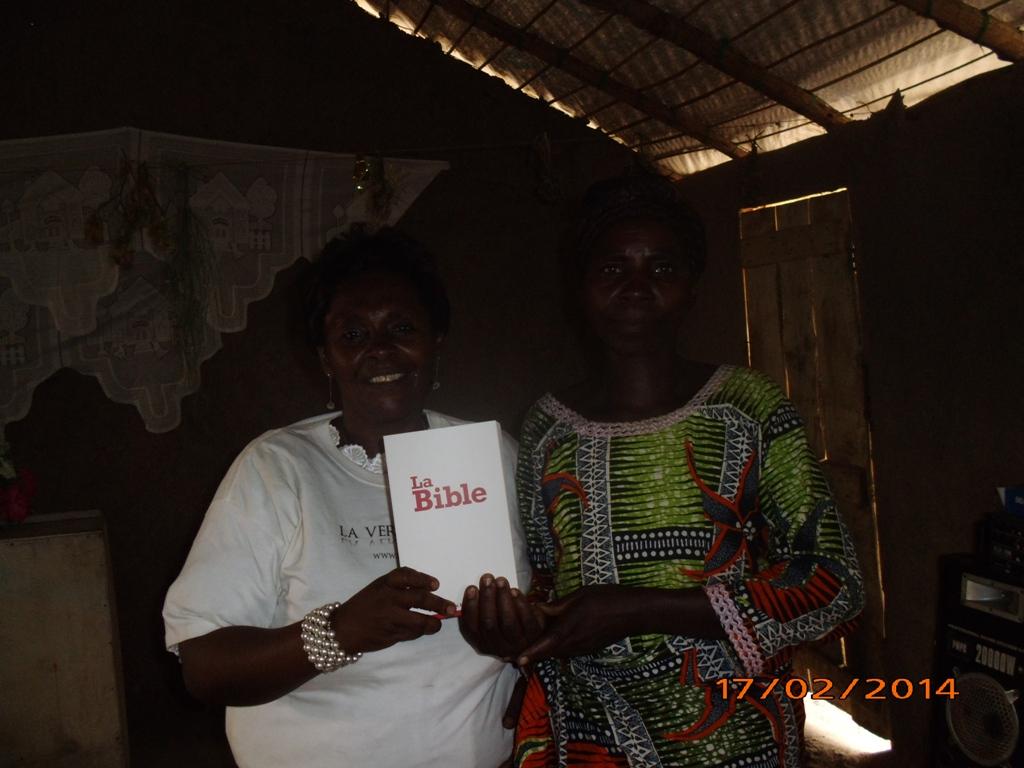 19 - Ma belle mere distribue des bibles aux refugies