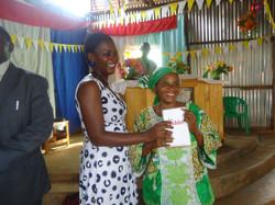 01_-_Mon_épouse_donne_une_bible_a_une_refugiée_congolais_e