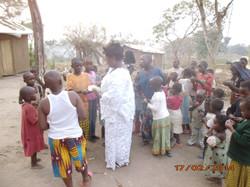30 - Ma belle mere distribue des bonbons aux enfants des refugies3
