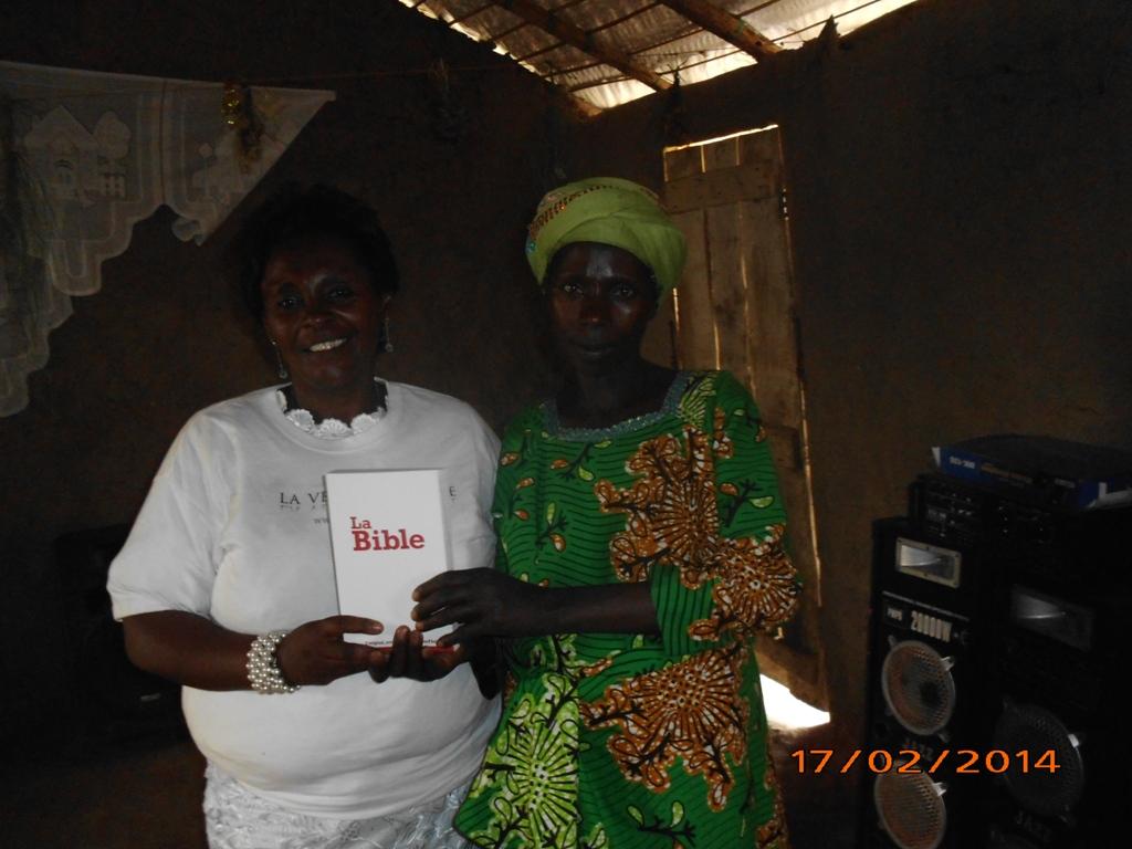 21 - Ma belle mere distribue des bibles aux refugies