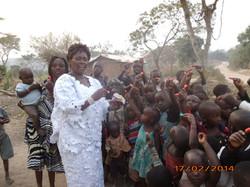 28 - Ma belle mere distribue des bonbons aux enfants des refugies1