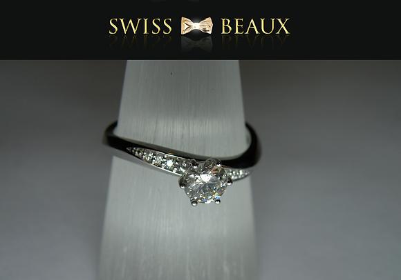 Ring: 18 karat white Gold.