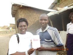 24 - Ma belle mere distribue des bibles aux refugies