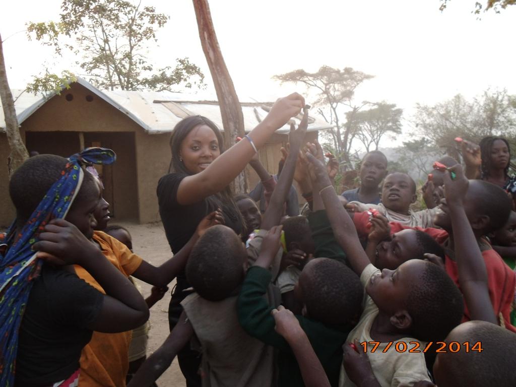 31 - Les enfants des refugies luttent pour recevoir un bonbon