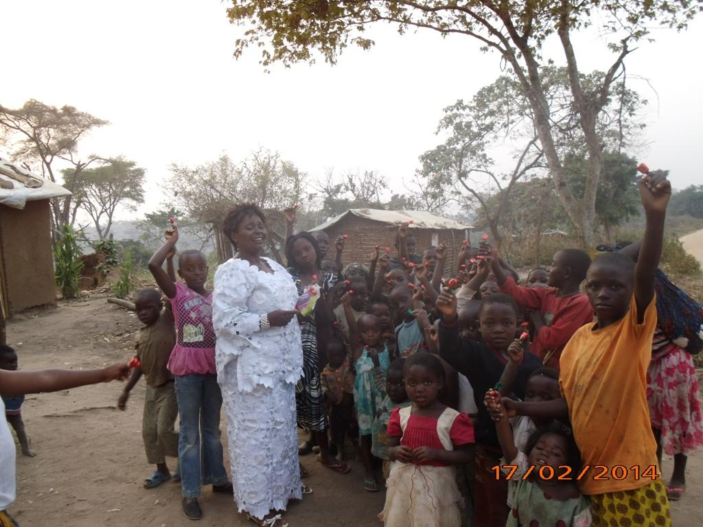 29 - Ma belle mere distribue des bonbons aux enfants des refugies