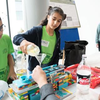 תלמידה מדגיה מתקן מים בלגו.jpg
