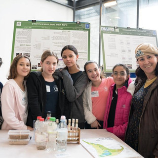 תלמידי תל_י בית חינוך מירושלים מציגים.jp