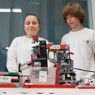 תלמיד ותלמידה מציגים מודל באר אנטילית מל