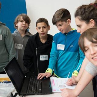 תלמידים מציגים באירוע הגמר.jpg