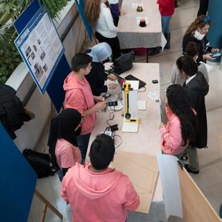 תלמידי שפרעם מציגים מעבדת חומרים מלגו.jp