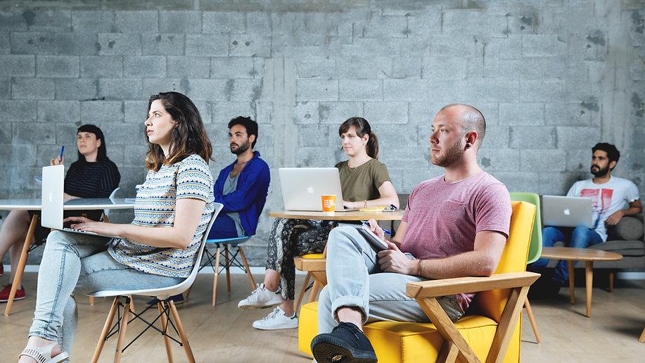 Lidé na školení s macbooky