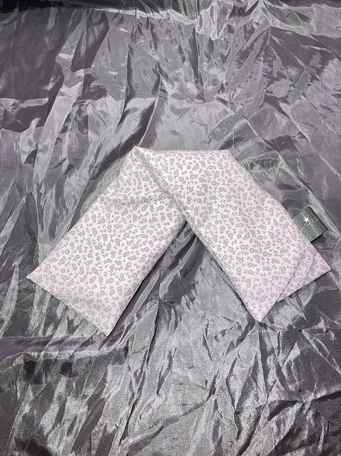 Bouillotte sèche tour de cou en graine de lin bio fleurs blanches sur fond rise