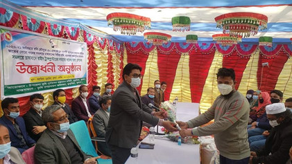 A mechanic of ASMIH-Bangladesh receives an award from the Department of Agriculture Extension (DAE) in Dumuria, Khulna, Bangladesh