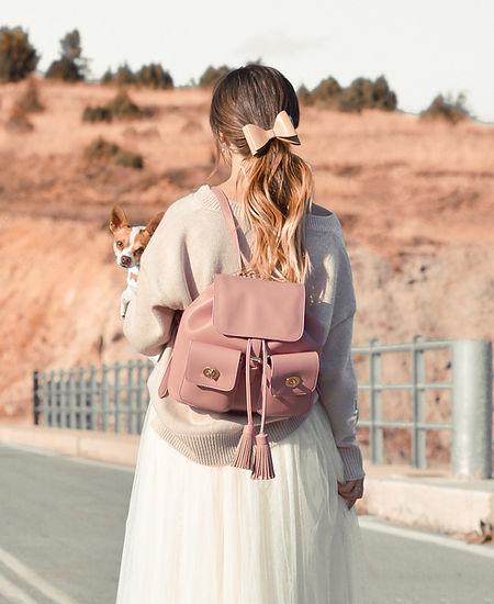 Fille en rose avec chien