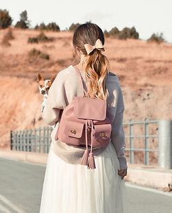 犬とピンクの女の子