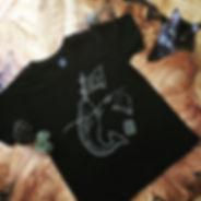 Design d'un t-shirt représentant un narval qui lutte pur l'environnement