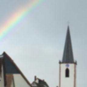 kirche mit regenbogen-hochkant.JPG