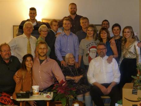 Perede esindajad vaatavad tulevikku tehes kummarduse vanavanemate Meinhard ja Selma Põldma poole