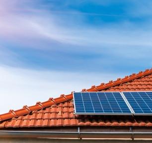 paineis-solares-no-telhado-de-uma-casa-d