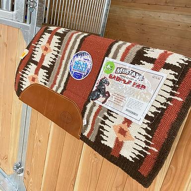 Mustang Pecos Blanket Spine Relief Weiss-Braun mit Vliesuntersatz