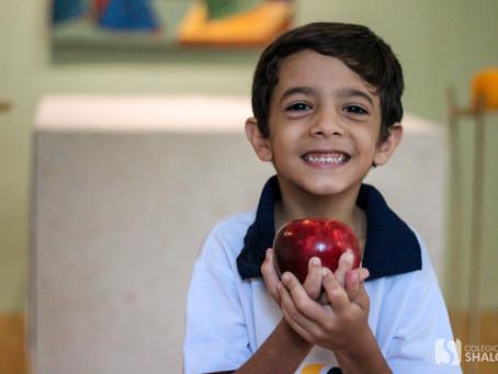 Aluno de 6 anos presenteia Jesus com uma maçã por graça alcançada | Colégio Shalom