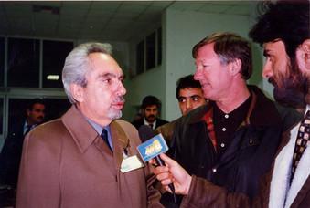 1997. Δεκατη Επετειος του Σωματειου. Η αφιξη της αποστολης της Ματσεστερ Γιουναιτεντ στο αεροδρομιο Παφου. Οι Ρωνης Σωτηριαδης και Σερ Αλεξ Φεργκιουσον μιλουν στον ραδιοσταθμο Αντ1.