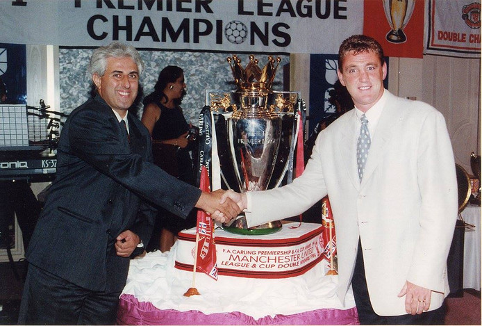 1994. Πανικος Λοιζου και Στηβ Μπρους με το Κυπελλο Πρωταθληματος που εφεραν μαζι τους οι Μπρους και Σιαρπ.
