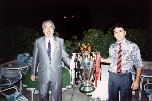 Οι Αρης Αριστειδου και Ρωνης Σωτηριαδης με το Κυπελλο του Πρωταθλημος στην οικια του Προεδρου.